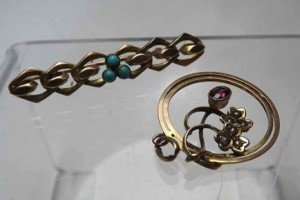curb link Bar Brooch