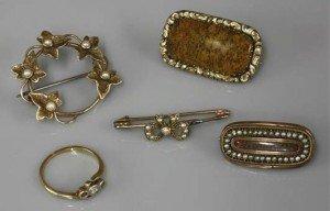 split pearl wreath brooch